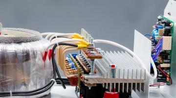 Що таке стабілізатор напруги та як він працює?