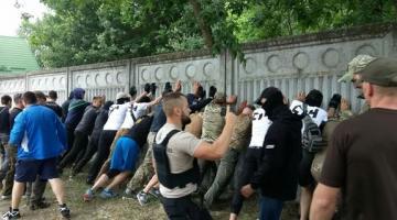 В Конча-Заспе националисты снесли забор: закрывал доступ к Днепру