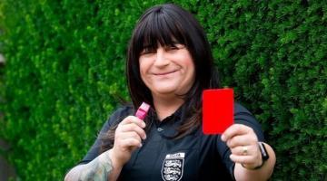 Чемпионат Англии по футболу начал судить первый арбитр-трансгендер
