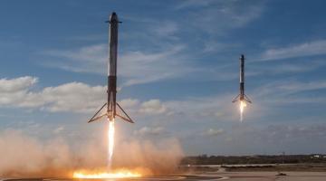 Один из ускорителей Falcon Heavy не приземлился