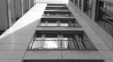 В Киеве девушка прыгнула с крыши многоэтажки