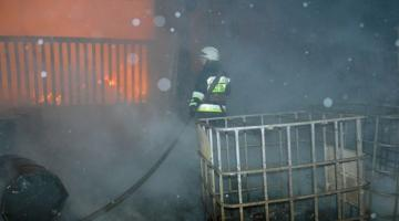 В Днепре из-за масштабного пожара пострадало автотранспортное предприятие
