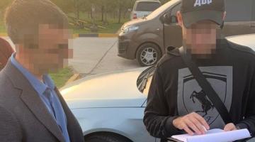 Київського митника спіймали на валютному хабарі