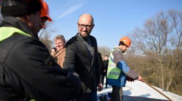 Яценюк: Инвестиции в инфраструктуру – это создание рабочих мест и зарплаты для граждан