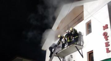 На карпатском курорте посреди ночи загорелся мотель: ребенок получил ожоги
