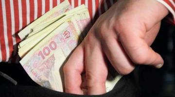 На Закарпатье работник банка оформил на клиентов кредиты на 700 тысяч гривен и забрал их себе