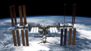 На борту МКС обнаружена брешь. Космонавты пытаются устранить утечку