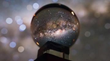 Фотография Млечного Пути через хрустальный шар выглядит ошеломительно