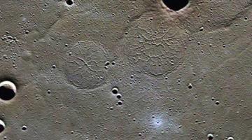 На поверхности Меркурия обнаружены необычные формирования