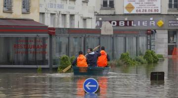 Аномальные ливни заставили власть Франции закрыть станции метро